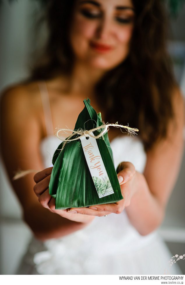 Greenery gift favours wrapped in leaves